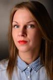 Dana ståenden av den härliga blonda kvinnan i jeans Arkivfoto