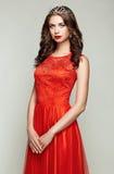 Dana ståenden av den härliga kvinnan i elegant klänning royaltyfri fotografi