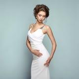 Dana ståenden av den härliga kvinnan i elegant klänning arkivbilder
