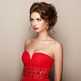 Dana ståenden av den härliga kvinnan i elegant klänning royaltyfria foton