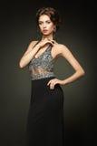 Dana ståenden av den härliga kvinnan i elegant klänning royaltyfri bild