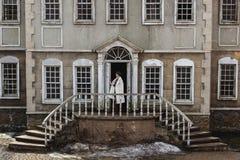 Dana ståenden av den härliga kvinnan på framdelen av gammal tappningbyggnad Arkivfoton