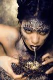 Dana ståenden av den nätta unga kvinnan med idérikt smink som en orm Royaltyfri Fotografi