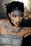 Dana ståenden av den nätta unga kvinnan med idérikt smink som en orm Royaltyfri Foto