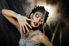 Dana ståenden av den nätta unga kvinnan med idérikt smink som en orm Fotografering för Bildbyråer