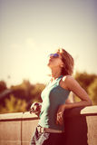 Dana ståenden av den unga härliga flickan med solglasögon arkivbilder