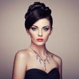 Dana ståenden av den unga härliga kvinnan med smycken Royaltyfri Foto