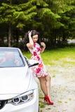 Dana ståenden av den unga kvinnan i den eleganta klänningen som är utomhus- i cabr Royaltyfria Bilder