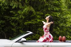 Dana ståenden av den unga kvinnan i den eleganta klänningen som är utomhus- i cabr Fotografering för Bildbyråer
