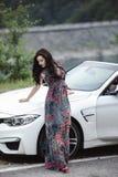 Dana ståenden av den unga kvinnan i den eleganta klänningen som är utomhus- i cabr Royaltyfri Bild