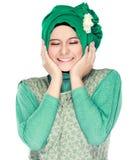 Dana ståenden av den unga lyckliga härliga muslimkvinnan med gree arkivfoton