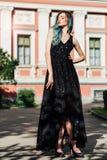 Dana ståenden av den ursnygga flickan med blått färgat hår länge Den härliga aftoncoctailklänningen Royaltyfri Fotografi