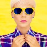 ståenden av en flicka danar in solglasögon arkivfoto