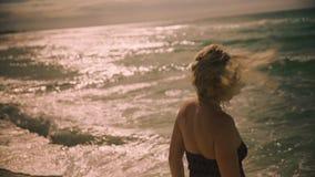 Dana ståenden av en flicka på havet lager videofilmer
