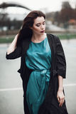 Dana ståenden av en härlig ung flicka på gatan Royaltyfria Bilder