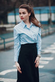 Dana ståenden av en härlig ung flicka på gatan Royaltyfria Foton