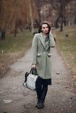 Dana ståenden av en härlig ung flicka på gatan Arkivbild