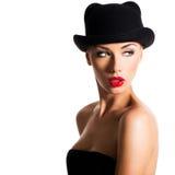Dana ståenden av en härlig ung flicka som bär en svart hatt Royaltyfria Bilder
