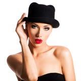 Dana ståenden av en härlig ung flicka som bär en svart hatt Fotografering för Bildbyråer