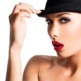 Dana ståenden av en härlig ung flicka som bär en svart hatt Arkivbild