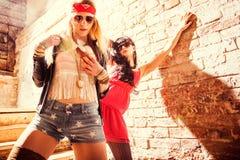 Dana ståenden av en härlig ung sexig kvinnas bärande solglasögon Arkivfoto