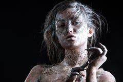Dana ståenden av en mörkhyad flicka med silverfoliesmink Härlig le flicka Arkivbild