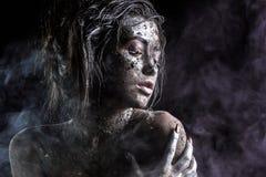 Dana ståenden av en mörkhyad flicka med silverfoliesmink Härlig le flicka Arkivfoto