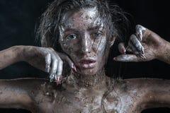 Dana ståenden av en mörkhyad flicka med silverfoliesmink Härlig le flicka Royaltyfri Foto