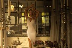 Dana ståenden av en ung kvinna på natten Arkivbild