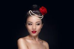 Dana studion som skjutas av härlig ung asiatisk kvinna med retro mummel Arkivbild