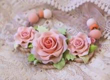 Dana studioskottet av en blom- rosa halsband (smycken som göras av royaltyfria foton