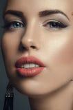 Dana studioståenden av den unga härliga kvinnan i örhängen royaltyfri fotografi