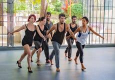 Danabierta, compañía de danza de la vanguardia en La Habana, practica el th Imagenes de archivo