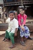 danaka deeg, blootvoetse Birmaanse jonge geitjes in het dorp Royalty-vrije Stock Afbeeldingen