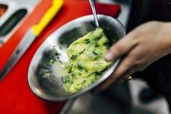 Danandeägg isolerad kökwhite för bakgrund kock royaltyfri fotografi