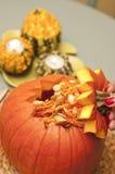 Danande av den halloween pumpalyktan Fotografering för Bildbyråer