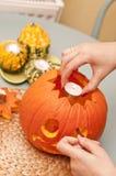 Danande av den halloween pumpalyktan Royaltyfri Bild