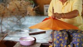Danande av det thailändska stilpappersparaplyet arkivfilmer