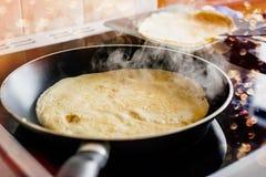 Danande av hem- gjorda pannkakor Fotografering för Bildbyråer