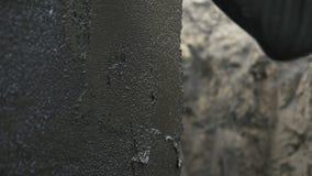 Danande av vattenisoleringslagret på fundament arkivfilmer