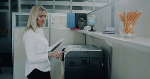 Danande för kontorsaffärskvinnan kopierar genom att använda printingmaskinen arkivfilmer