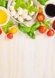 Danande för tomatmozzarellasallad, ingredienser på vit träbakgrund, bästa sikt royaltyfri fotografi