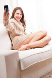 Danande för ung kvinna själv en selfie Fotografering för Bildbyråer