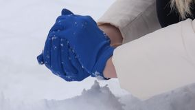 Danande kastar snöboll closeupen stock video
