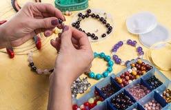 Danandearmband av färgrika pärlor royaltyfri fotografi