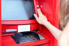 Danandebetalning för ung kvinna på ATM arkivfoton