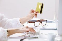 Danandebetalningar för ung kvinna direktanslutet, medan skriva på datoren Royaltyfria Foton