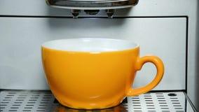 Danandecappuccino med mjölkar fradga arkivfilmer