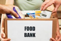Danandedonationer till matbanken royaltyfria bilder