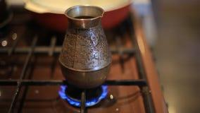 Danandekaffe i krukan för turkiskt kaffe på en gasugn hemmastadda mat och drink stock video
